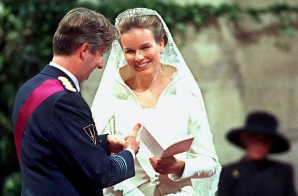 In der Brüsseler Kathedrale St. Michael und Gudula geben sich die beiden am 4. Dezember 1999 das Ja-Wort. Die Hochzeit hat großen Symbolcharakter, weil hier eine Wallonin und ein Flame zusammenfinden. Foto: dpa