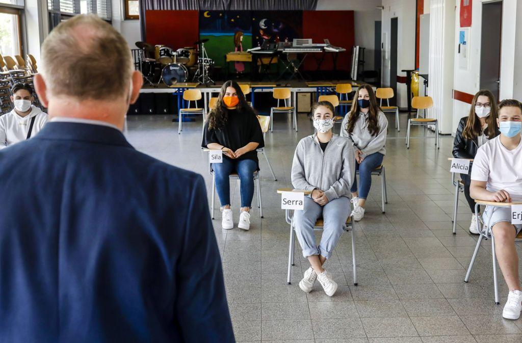 Ein neues Bild an den Schulen: Jugendliche mit Masken. Foto: imago images/Rupert Oberhäuser