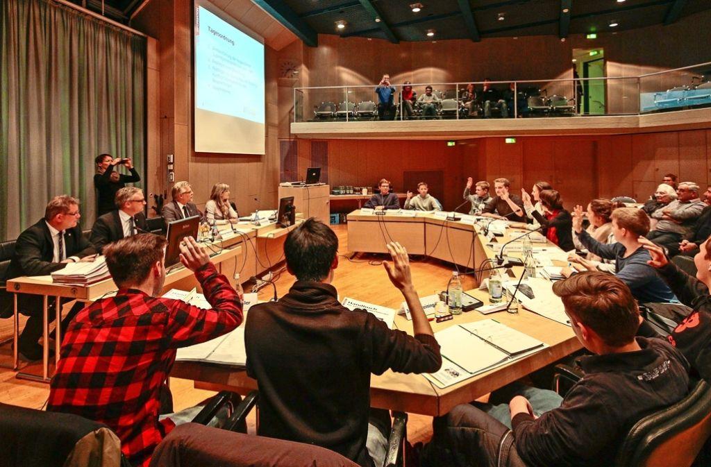 Konzentrierte Arbeitsatmosphäre  prägt die Sitzungen  von Beginn an. Foto: factum/Archiv