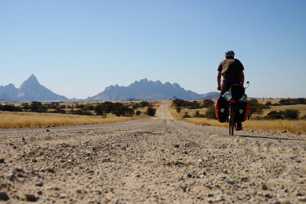 Weites Land - Namibia mit dem Fahrrad zu bereisen, bedeutet Freiheit spüren. Foto: Shutterstock/TravelNerd
