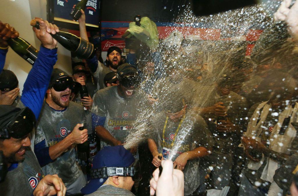 Die Spieler der Chicago Cubs feiern ausgelassen ihren historischen Sieg bei den Baseball-World-Series. Foto: DPA