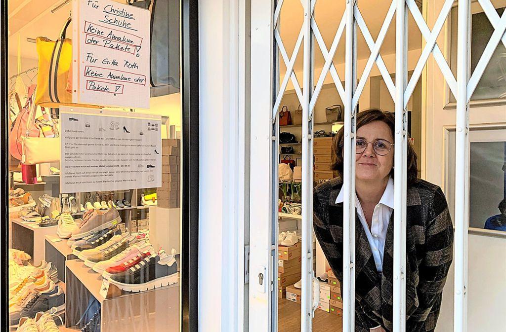 """Der Laden ist zu, die Inhaberin ist trotzdem da. Martina Bartle dekoriert weiter wacker das Schaufenster von """"Christine Schuhe"""" in Sillenbuch. Foto: Caroline Holowiecki"""