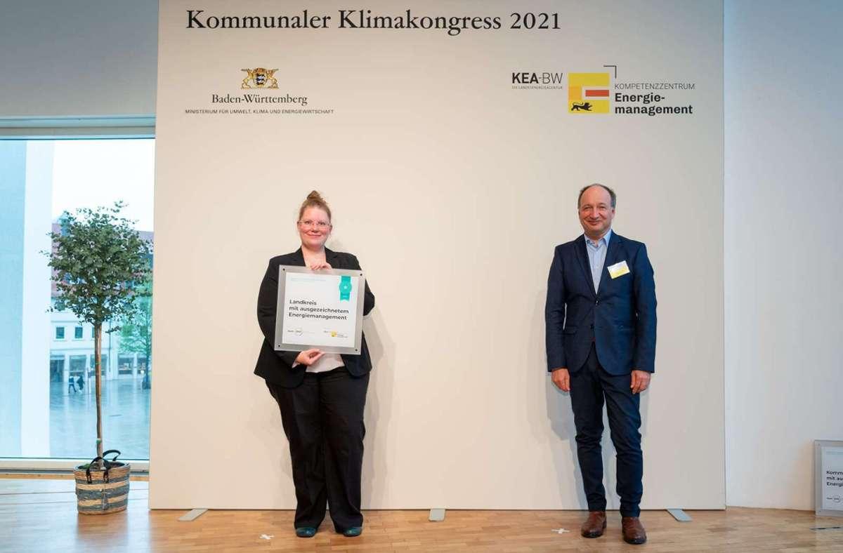 Die Klimaschutzmanagerin des Landkreises Böblingen Nadine Derber (links) mit der von Claus Greiser (rechts),  Leiter des Kompetenzzentrums Energiemanagement der Klimaschutz- und Energieagentur Baden-Württemberg (KEA BW)) verliehenen Auszeichnung Foto: /MARTIN STOLLBERG
