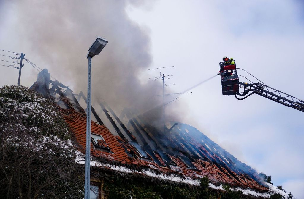 Rund 70 Einsatzkräfte der Feuerwehr waren bei dem Brand in Geislingen im Einsatz. Foto: SDMG