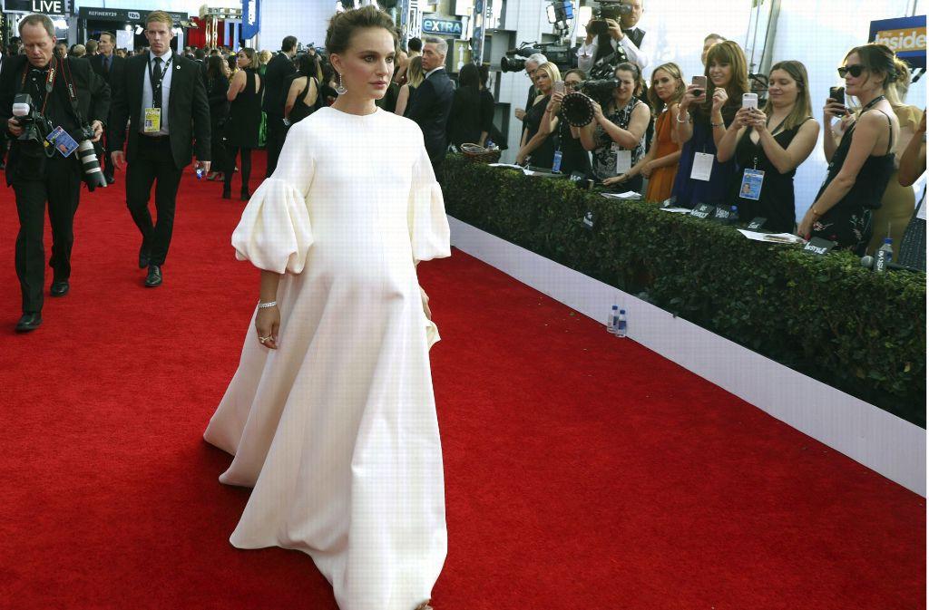 Die schwangere Schauspielerin Natialie Portman verhüllt mit dem mega Maxi-Kleid nicht nur ihren Babybauch. Foto: Invision