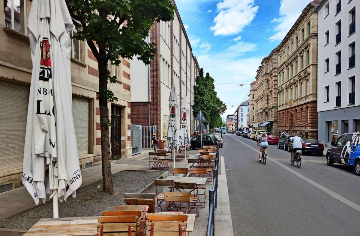 Die Wirte lassen sich etwas einfallen: Bei der Sattlerei an der Tübinger Straße etwa werden die Baumbeete mit Sitzgelegenheiten versehen. Foto: /Kathrin Wesely