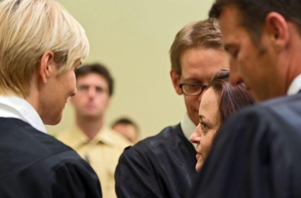 Pflichtverteidigern Anja Sturm (links) unterhält sich mit Beate Zschäpe. Foto: EPA FILE