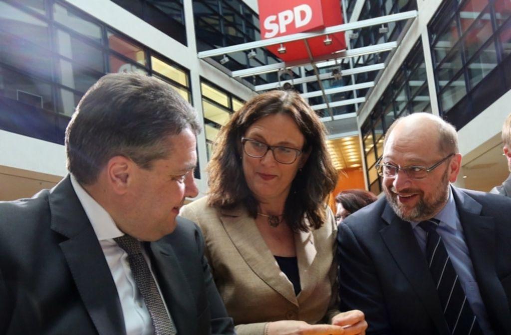 SPD-Parteichef Sigmar Gabriel, EU-Kommissarin  Cecilia Malmström und EU-Parlamentspräsident Martin Schulz (rechts)  werben bei der SPD für   TTIP. Foto: dpa
