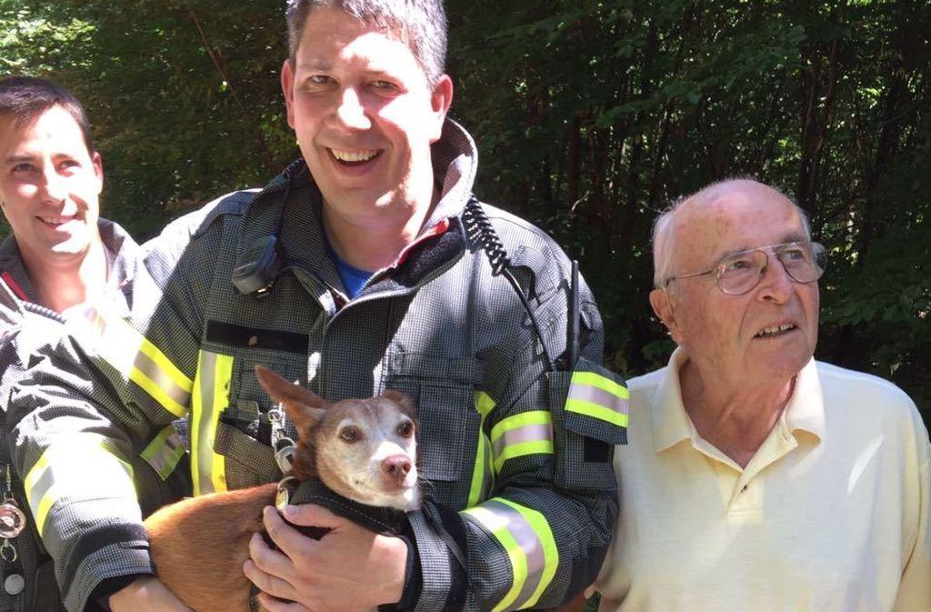 Der Vizeikommandant Dennis Blos hält die Hündin im Arm. Foto: Foto: Feuerwehr Gerlingen
