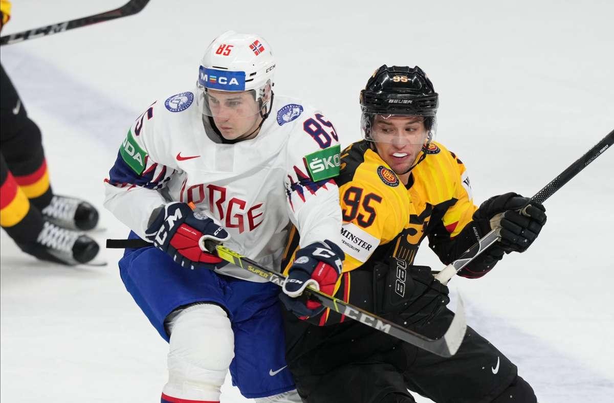 Deutschlands Frederik Tiffels (r.) und Norwegens Michael Haga beim WM-Auftaktspiel Foto: dpa/Roman Koksarov