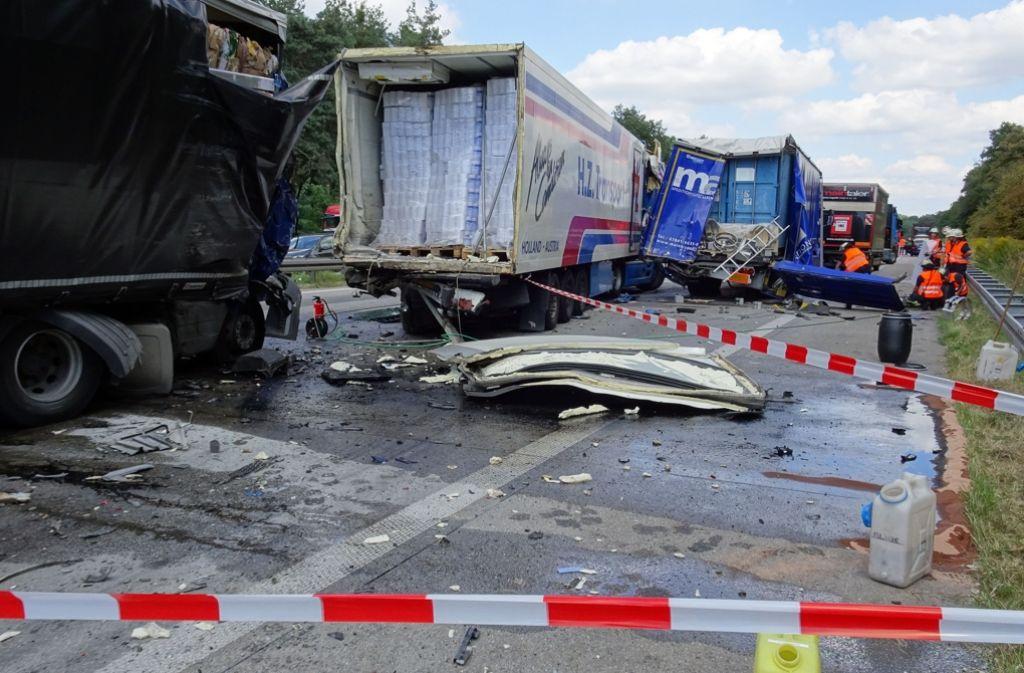 Mehrere Lastwagen sind auf der A5 bei Weingarten ineinander geschoben worden. Drei Personen wurden dabei verletzt. Foto: 7aktuell.de/Geier