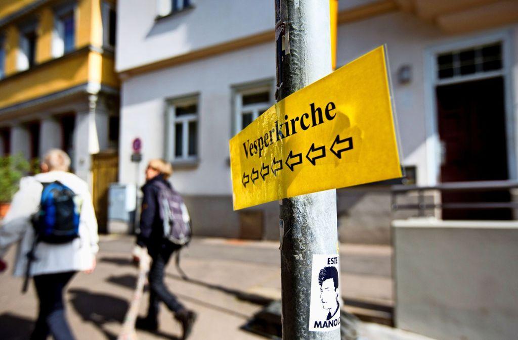 Mit improvisierten Wegweisungen werden die Besucher der Vesperkirche zu den gedeckten Tischen geleitet. Das Baustellenchaos hat keinen Einfluss auf die Nachfrage. Foto: Horst Rudel