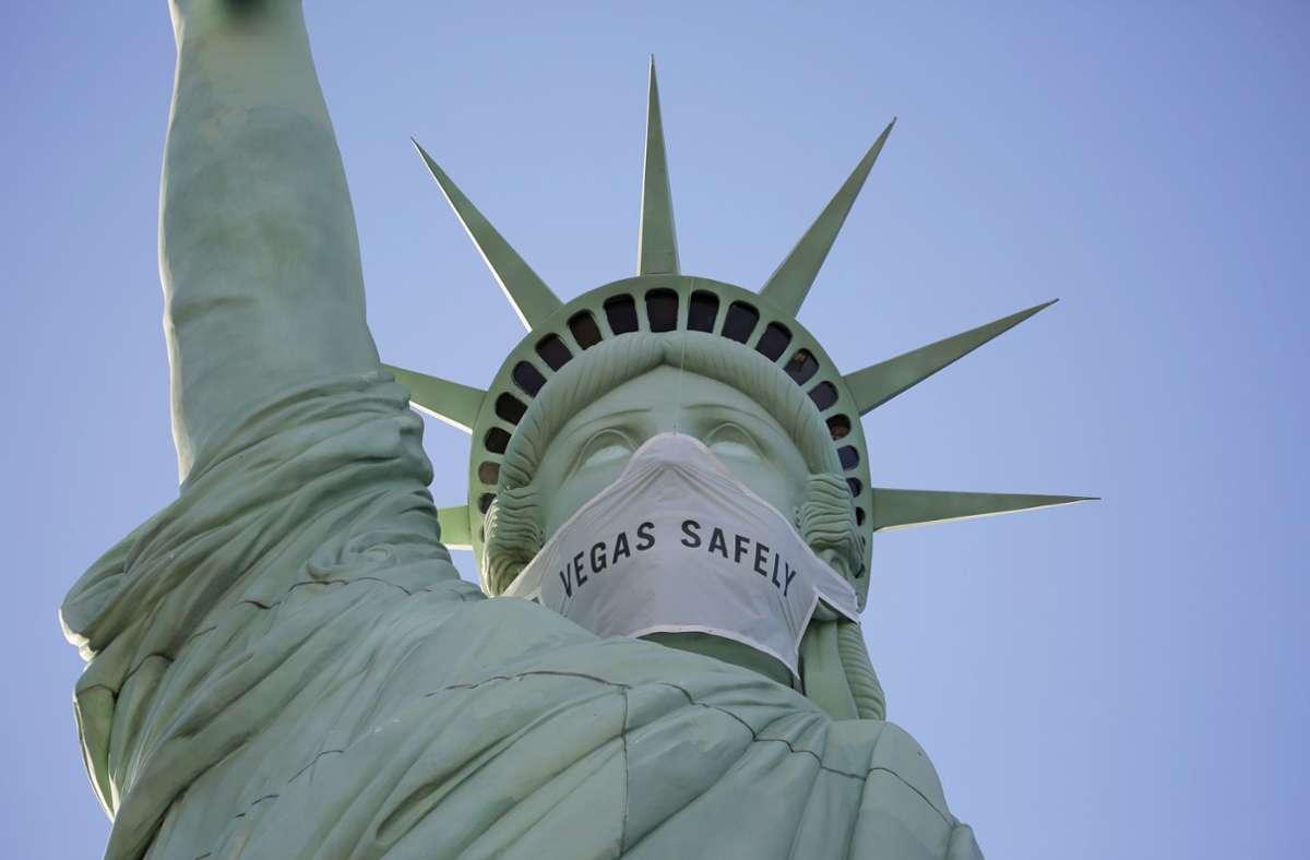 Sogar die Freiheitsstatue trägt jetzt eine Maske. Foto: dpa/John Locher