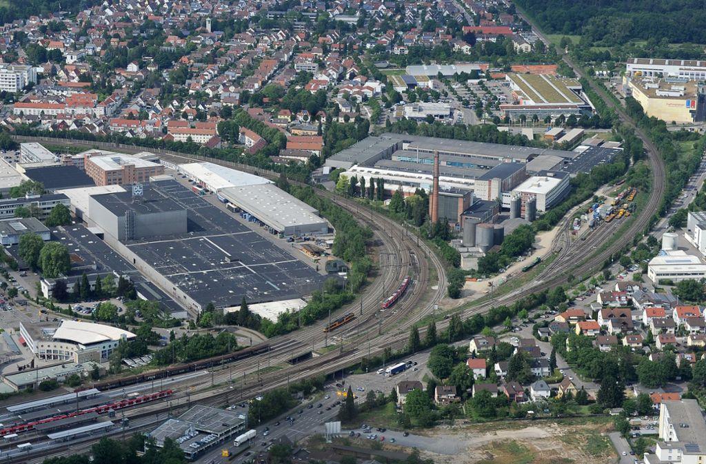 Hier könnte die Rofa unterkommen: im Bereich des ehemaligen DLW-Geländes zwischen den beiden Bahnlinien. Vom Bahnhof (unten links im Bild) sind es nur ein paar Minuten zu Fuß. Foto: Werner Kuhnle