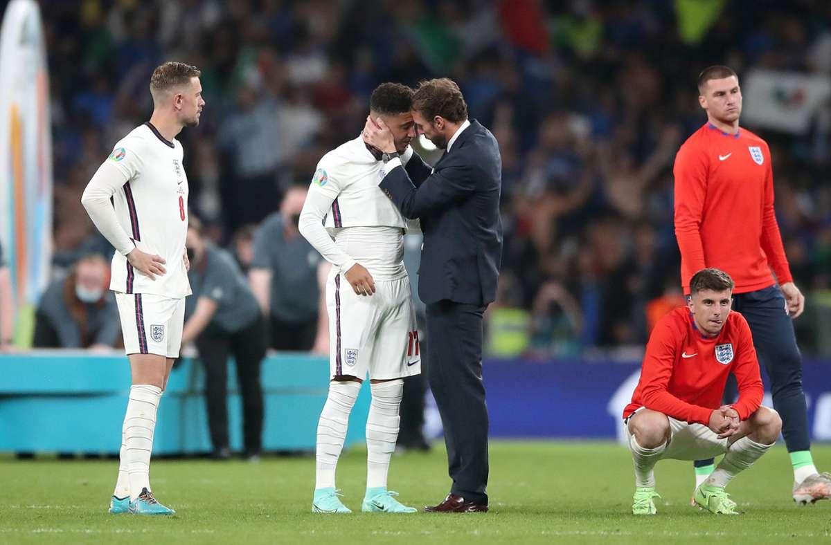 Englands Trainer Gareth Southgate tröstet den Elfmeter-Unglücksraben Jadon Sancho. Foto: dpa/Nick Potts