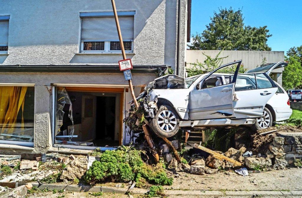 Ein 82-jähriger Mercedesfahrer kam bei dem Verkehrsunfall ums Leben. Foto: SDMG