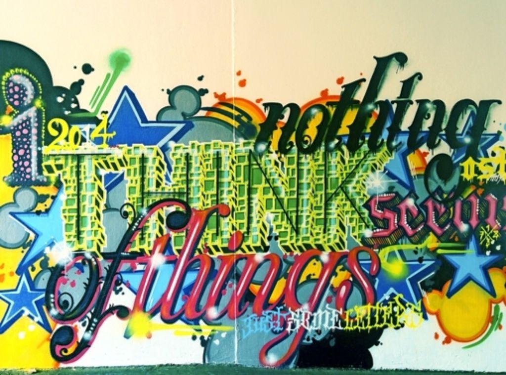 Man muss im Vorbeigehen schon genau hinschauen, wenn man die Botschaft der legalen Graffiti in der Depot-Passage entschlüsseln will. Foto: Jürgen Brand