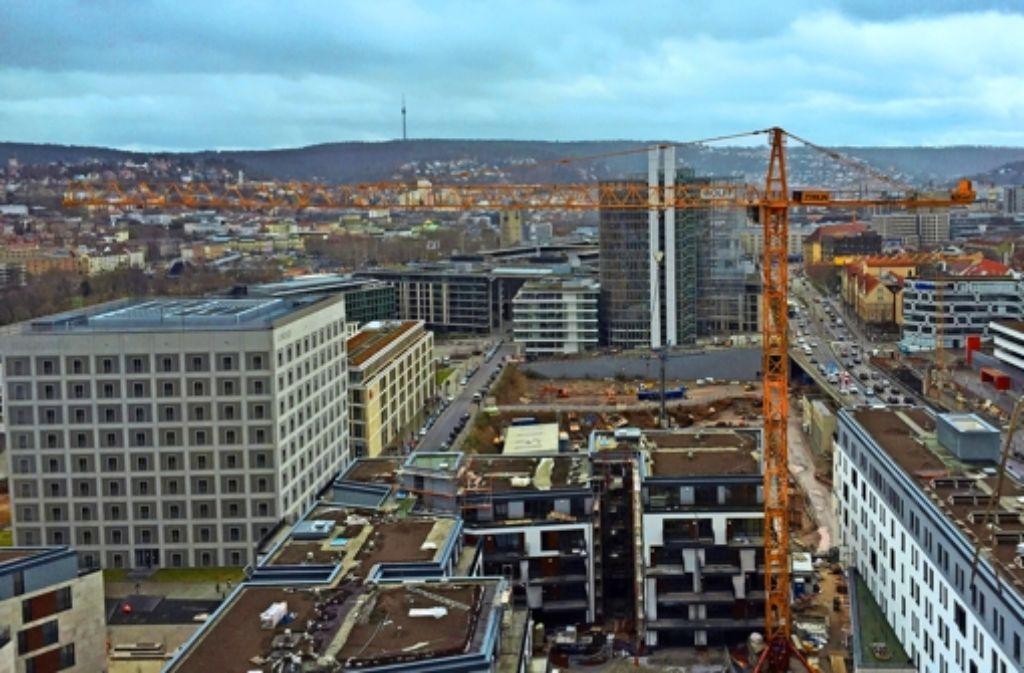 Der Blick auf das Europaviertel zeigt, in Stuttgart wird derzeit kräftig gebaut. Foto: StZ