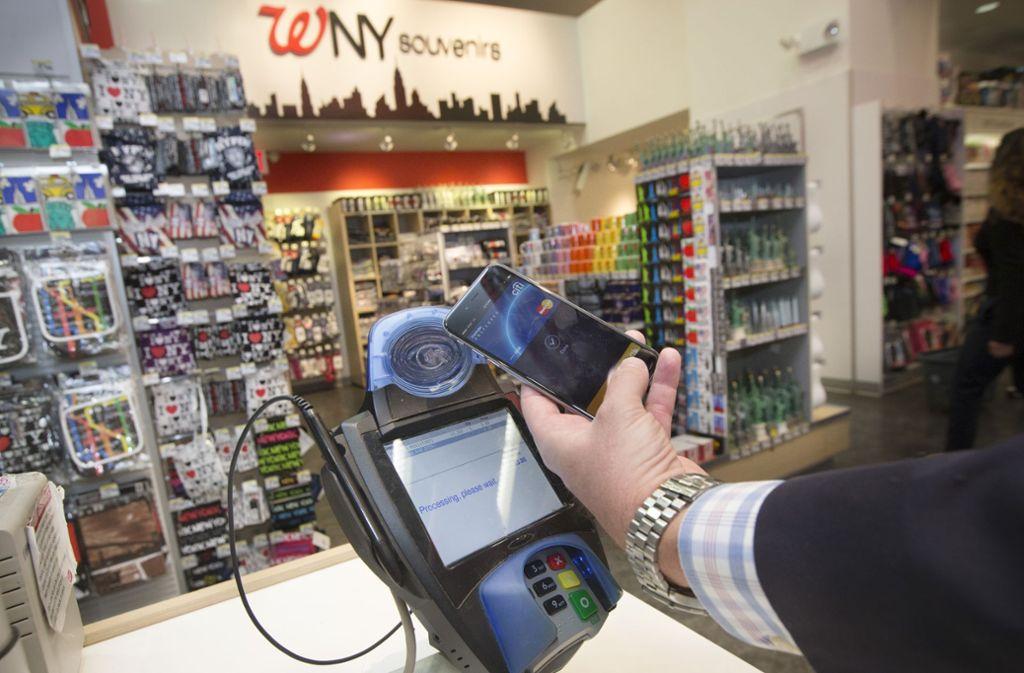 Mobiles Bezahlen an der Supermarktkasse wird noch nicht vom Großteil der Deutschen praktiziert. Foto: AP Images
