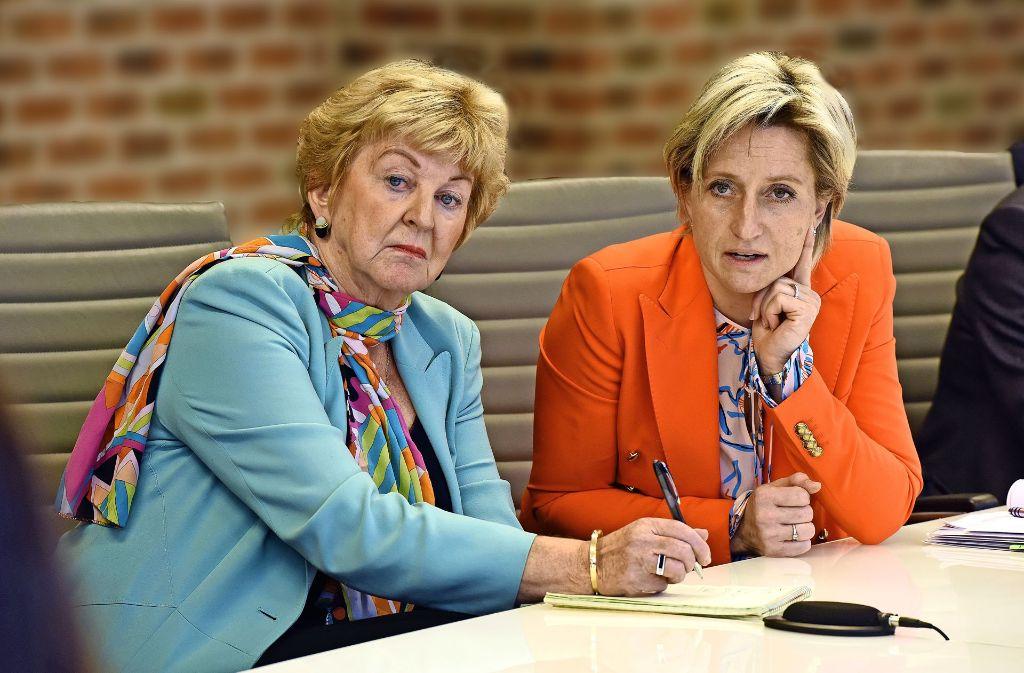 Die aus Österreich stammende Dolmetscherin Ulrike Wiesner (links) begleitet Wirtschaftsministerin Hoffmeister-Kraut bei den hochoffiziellen Terminen. Foto: Sascha Baumann/all4foto.de