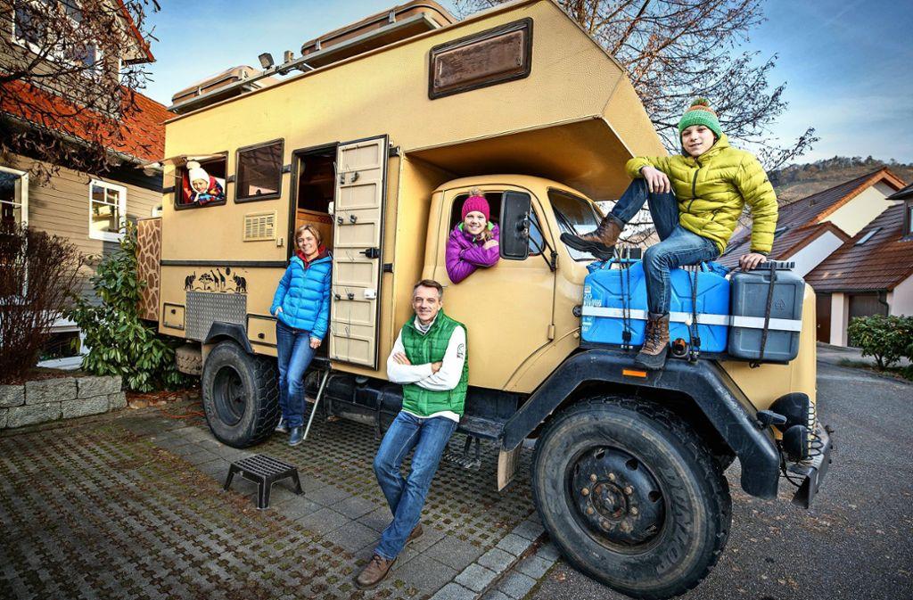 """Die Familie Schmider mit dem """"Onkel Deutz"""", nach der Rückkehr Ende 2016. Foto: Stoppel"""