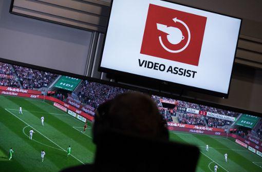 VAR greift in der Bundesliga immer häufiger und länger ein