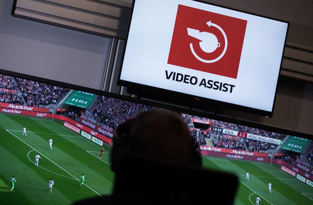 Eine Intervention des Video-Assistenten dauert in dieser Bundesliga-Saison im Schnitt 79 Sekunden. Foto: dpa/Rolf Vennenbernd