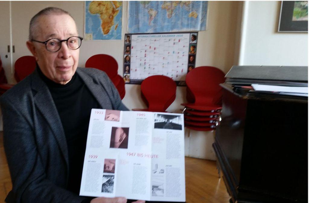Hans H. Greuter, präsentiert den Info-Flyer über die Kirche Foto: Eva Funke