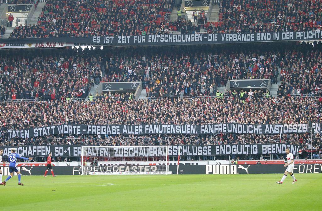 Die Fans des VfB Stuttgart protestieren mit Spruchbändern gegen Kommerzialisierung. Foto: Pressefoto Baumann