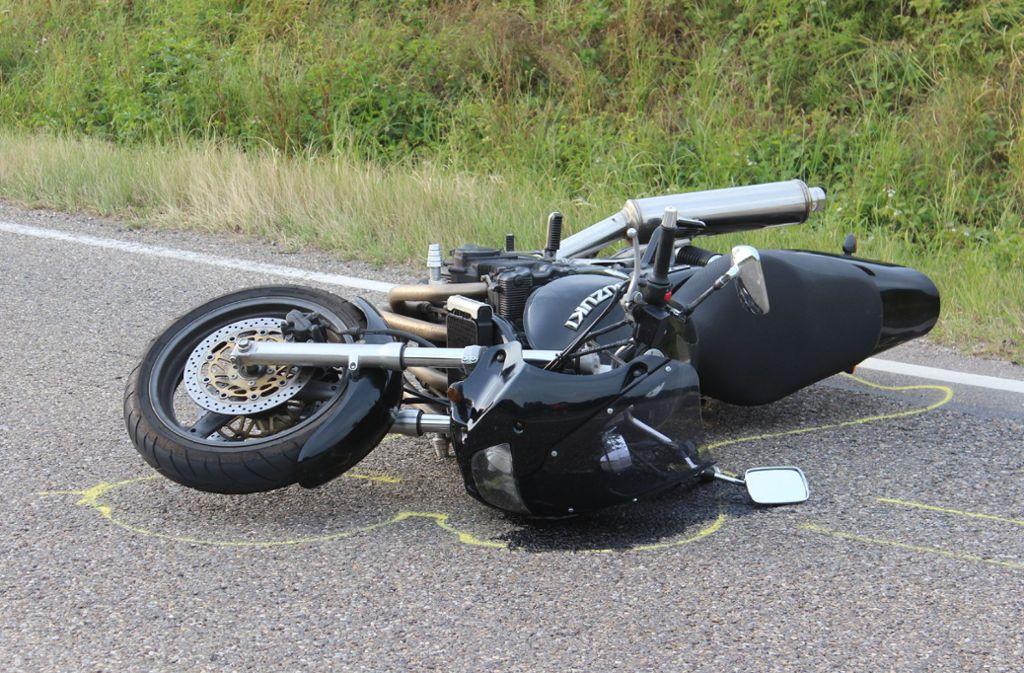 Der Fahrer dieses Motorrads ist schwer verletzt worden. Foto: SDMG/Hemmann