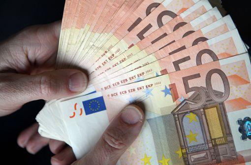 Ehrliche Finderin gibt Tausende Euro bei Busfahrer ab