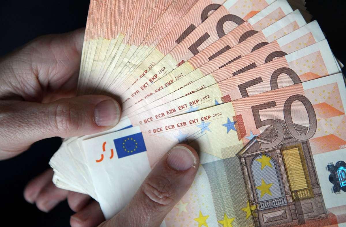 In einem Reutlinger Bus hatte die Frau das Geld gefunden. (Symbolbild) Foto: dpa/Jan Woitas