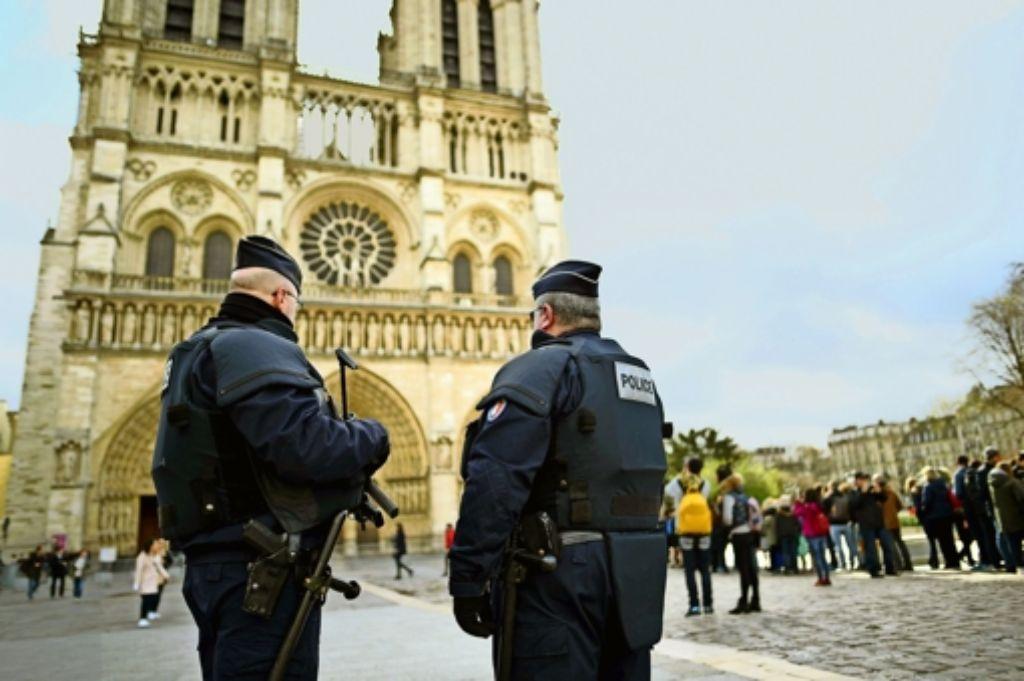 Wann immer in der Pariser Innenstadt mit Menschenmassen zu rechnen ist, wie hier an Notre Dame, hat Sicherheit Priorität. Foto: AFP