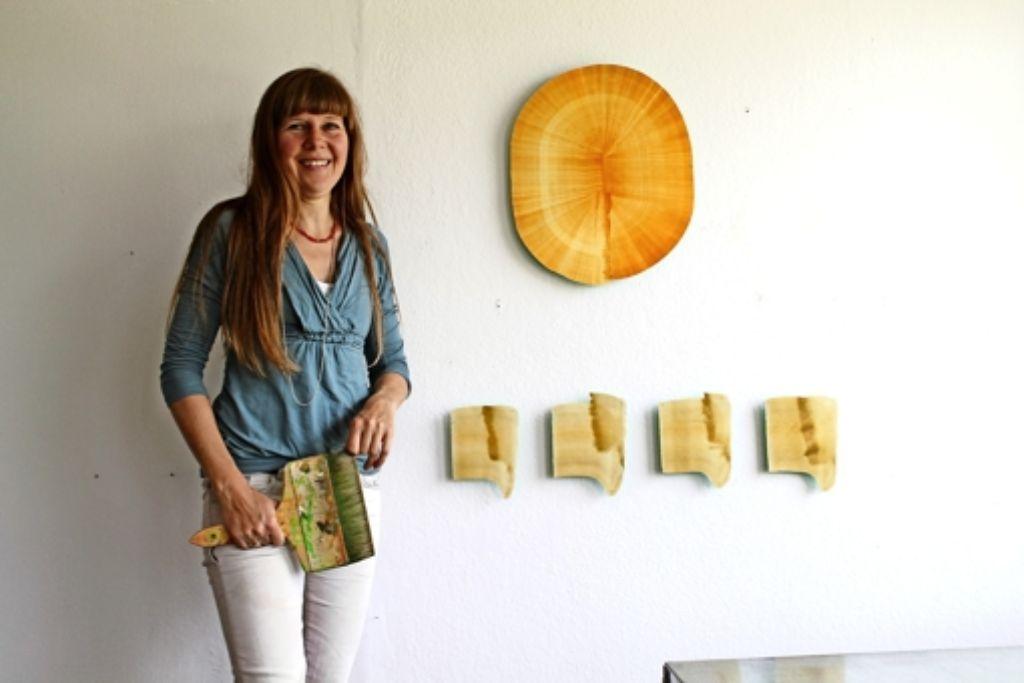 Aus Bildern mit einem einzigen Pinselstrich werden Installationen mit Lichteffekten: Stefanie Krüger vom Kunstverein Gästezimmer Foto: Sabine Schwieder