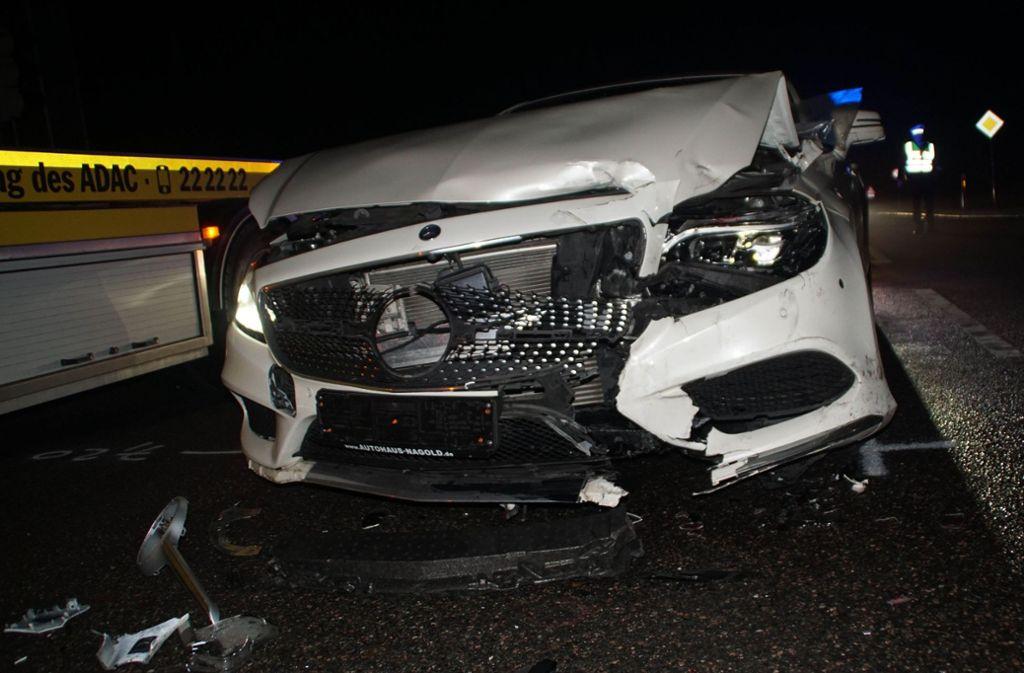Zu einem Verkehrsunfall mit drei Verletzten kam es am frühen Mittwochmorgen auf der B14 bei Herrenberg. Foto: SDMG