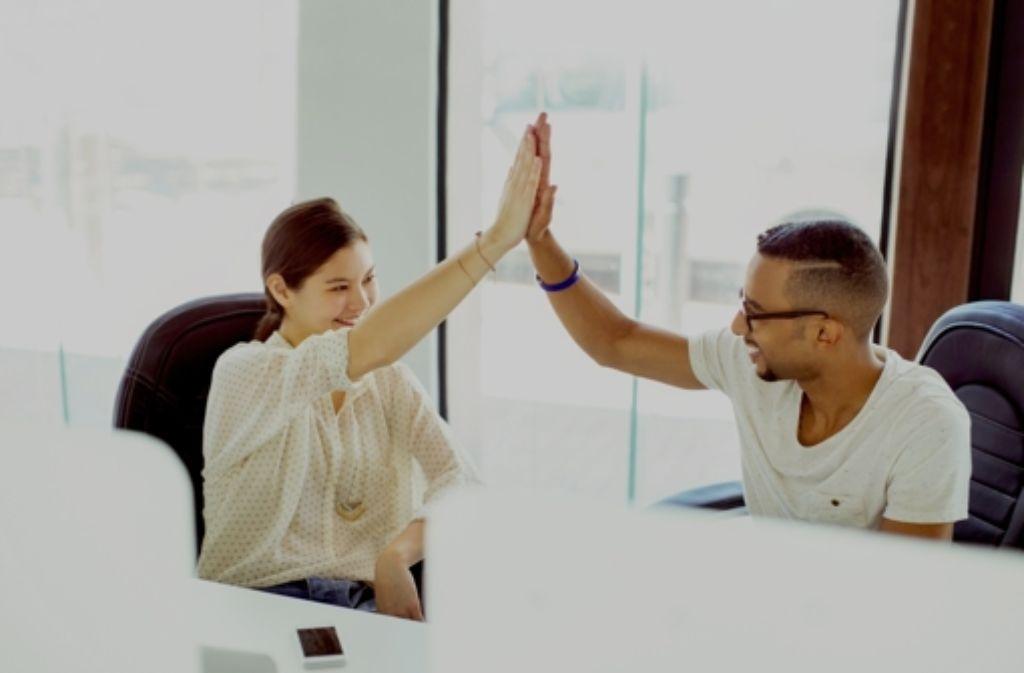 """""""Gratuliere, geschafft!"""":  Gründer haben auch in Deutschland  Anlass zu der Feiergeste """"High Five"""" , denn Start-ups genießen zurzeit  hohe Wertschätzung. Die Rahmenbedingungen könnten allerdings besser sein. Foto:Mauritius Foto:"""