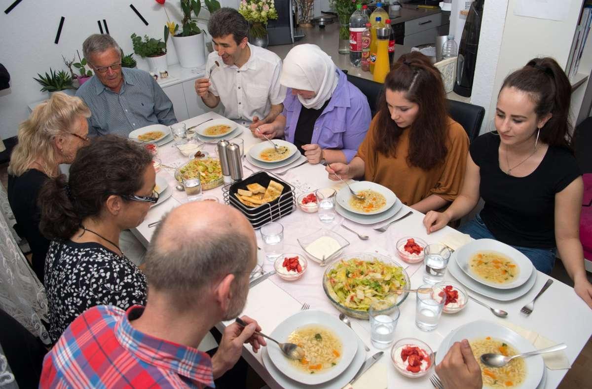 Familie und Freunde an einem Tisch während des Ramadans: das geht derzeit wegen der Pandemie nicht. Foto: Lg/O. Willikonsky