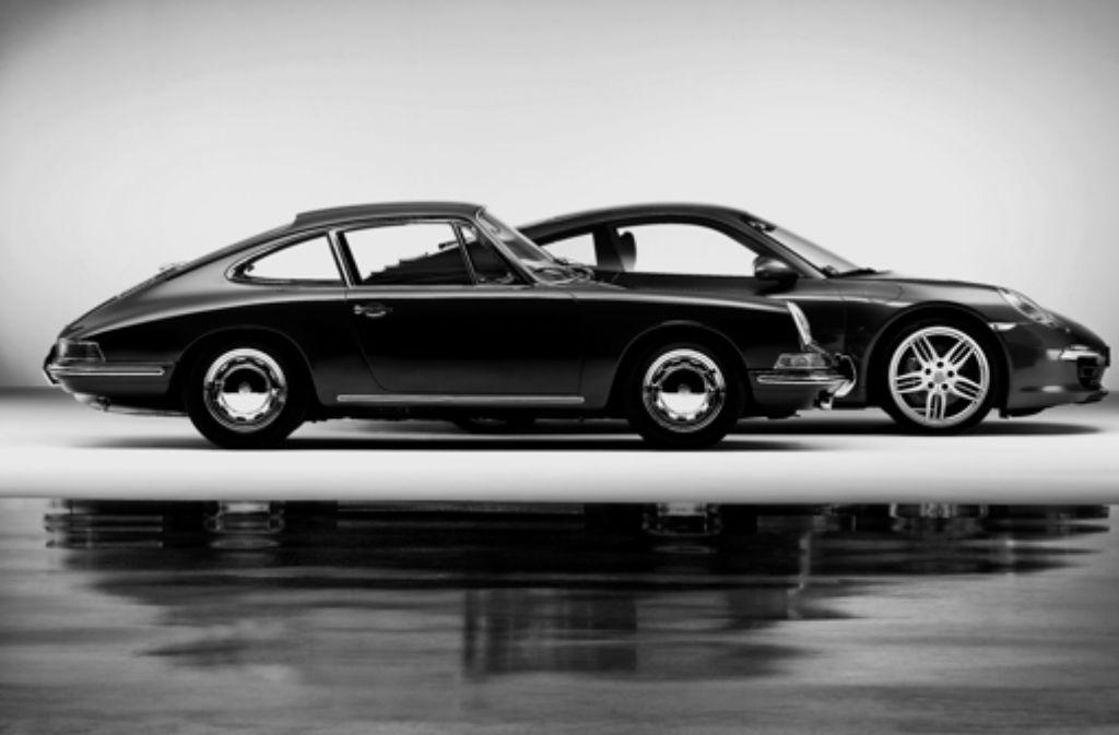 ünf Jahrzehnte im Vergleich. Im Vordergrund die erste Generation des Porsche 911, die im September 1963 auf der Internationalen Automobil-Ausstellung (IAA) in Frankfurt erstmals der Weltöffentlichkeit präsentiert wurde. Dahinter die aktuelle siebte Generation des Sportwagens, die im September 2011 auf der IAA enthüllt wurde. Fünf Jahrzehnte im Vergleich. Im Vordergrund die erste Generation des Porsche 911, die im September 1963 auf der Internationalen Automobil-Ausstellung (IAA)  in Frankfurt erstmals der Weltöffentlichkeit präsentiert wurde. Dahinter   die aktuelle  siebte Generation des  Sportwagens, die im September 2011  auf der IAA enthüllt wurde. Bis heute ist der Porsche 911 die  wichtigste Baureihe der Stuttgarter Nobelmarke Foto: Porsche