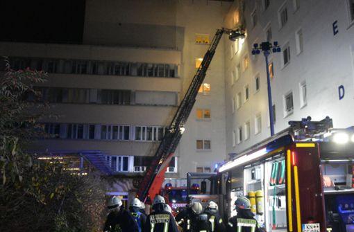 Ein Toter und 14 Verletzte nach Brand – Polizei ermittelt