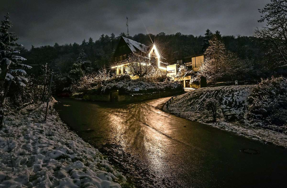 Beste Aussichten: das nächtlich illuminierte Waldschlössle in der eisigen Winterlandschaft des Fellbacher Kappelbergs. Foto: Erwin Singvogel