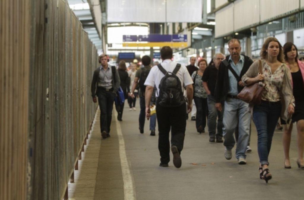 Immer an der Wand entlang: Der Weg von den Fernzügen zum Nahverkehr führt die Passagiere auf zwei Fußgängerbrücken über die Trogbaustelle. Foto: Factum/Bach