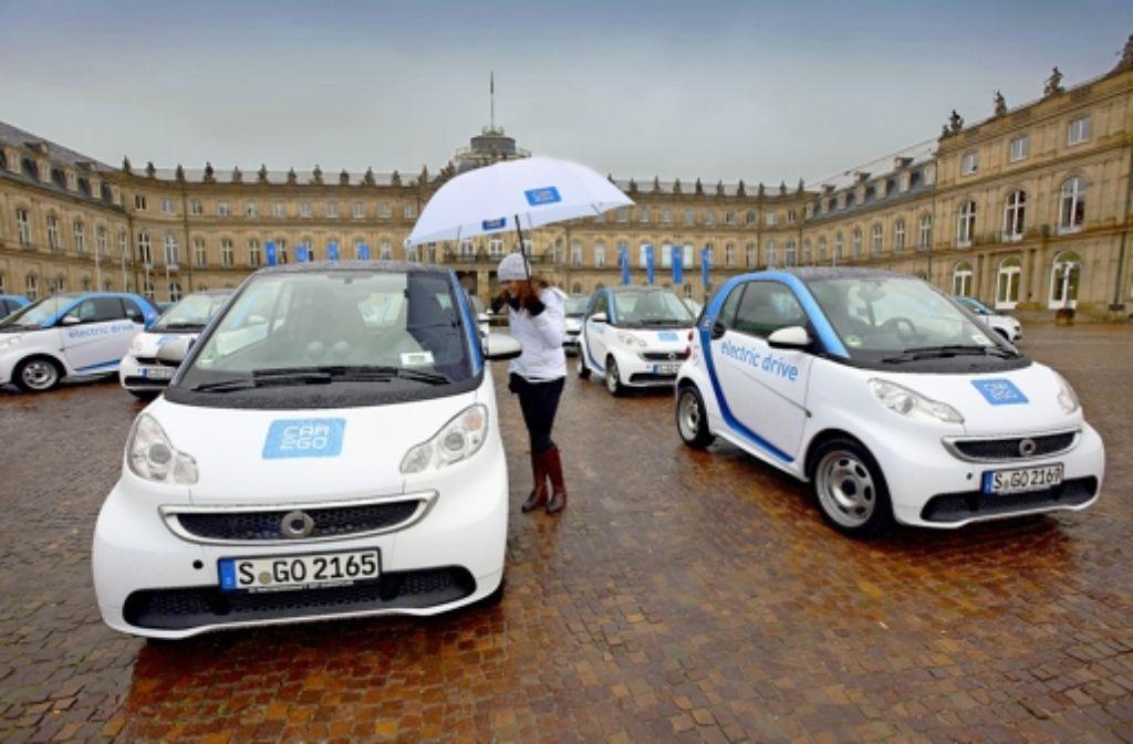 Ein Teil der Elektro-Smart-Flotte für Stuttgart ist im Ehrenhof des Neuen Schlosses präsentiert worden. Foto: Michael Steinert