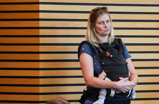 Abgeordnete mit Baby muss Saal verlassen