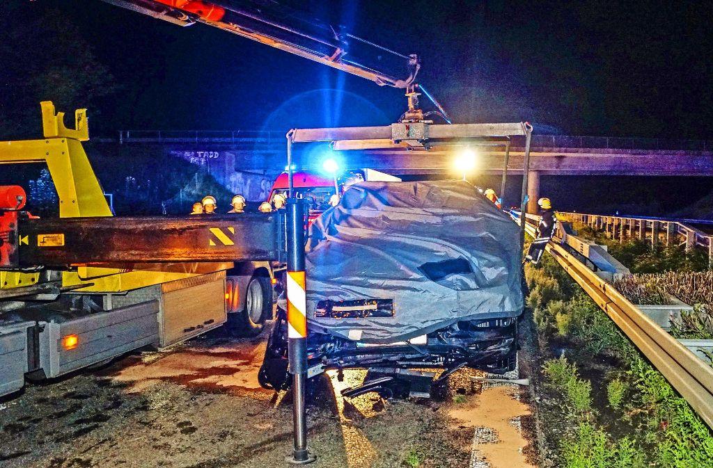 Der Porsche Cayenne wurde nach dem Unfall abgedeckt. Foto: SDMG