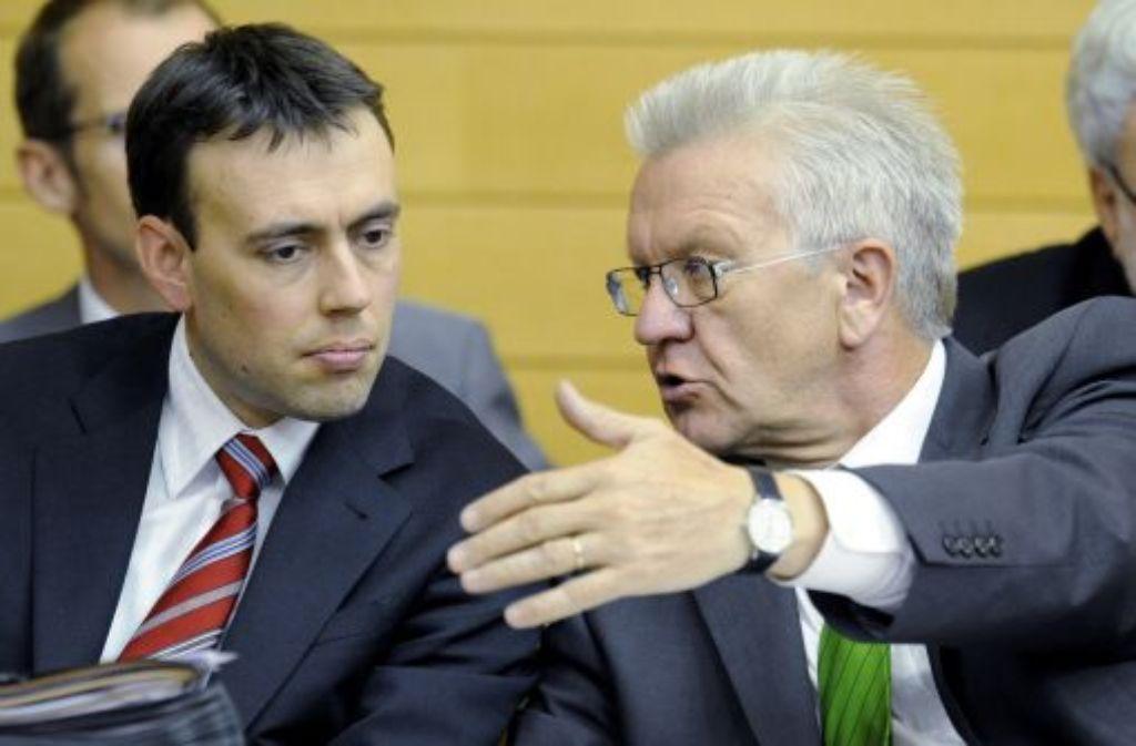 Wirtschafts- und Finanzminister Nils Schmid (SPD, links) und der grüne Ministerpräsident Winfried Kretschmann im Stuttgarter Landtag. Foto: dpa