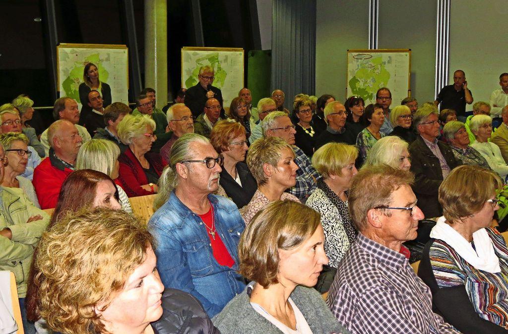 Im voll besetzten Saal ergriffen viele Bürger das Wort. Foto: Otto-H. Häusser