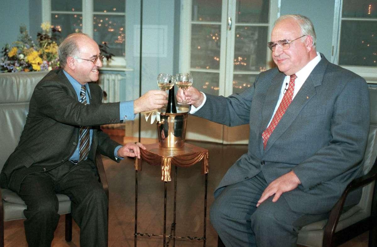 Alfred Biolek mit dem wuchtigen Helmut Kohl, der ihm sein offenbar sehr wirkungsvolles Puddingrezept verriet. Foto: dpa/Roland Scheidemann
