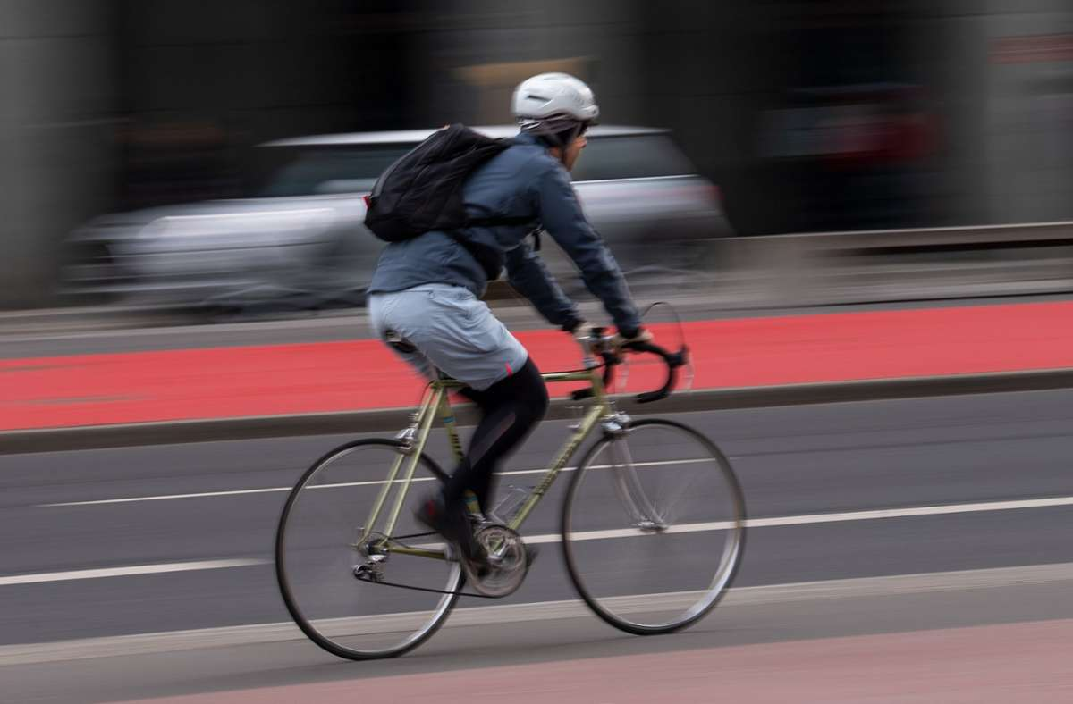 Der Radfahrer musste in eine Klinik gebracht werden (Symbolbild). Foto: dpa/Monika Skolimowska