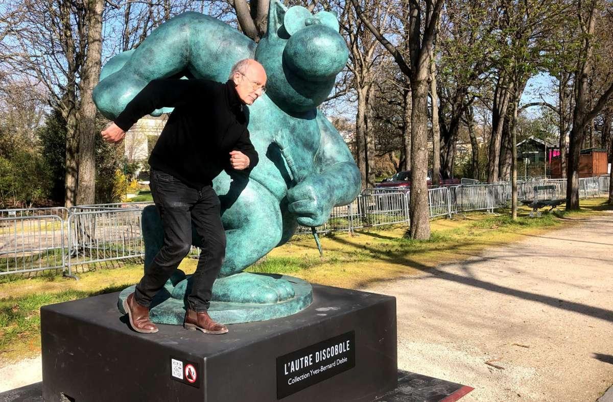 """Der Cartoonist Philippe Geluck präsentiert eine ausgewöhnliche Ausstellung. Er zeigt zwanzig Bronzefiguren seiner bekannten Katze """"Le Chat"""" auf den Champs-Élysées in Paris. Foto: Krohn/Krohn"""