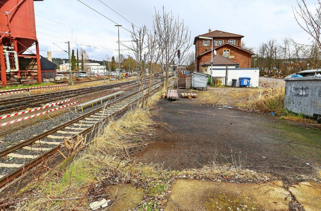 Wo der blaue Müllcontainer steht, sollen die Toiletten entstehen. Foto: factum/Granville